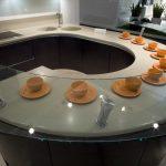 Оранжевые чашки на белом столе