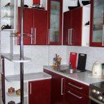 Бело-бардовая кухня