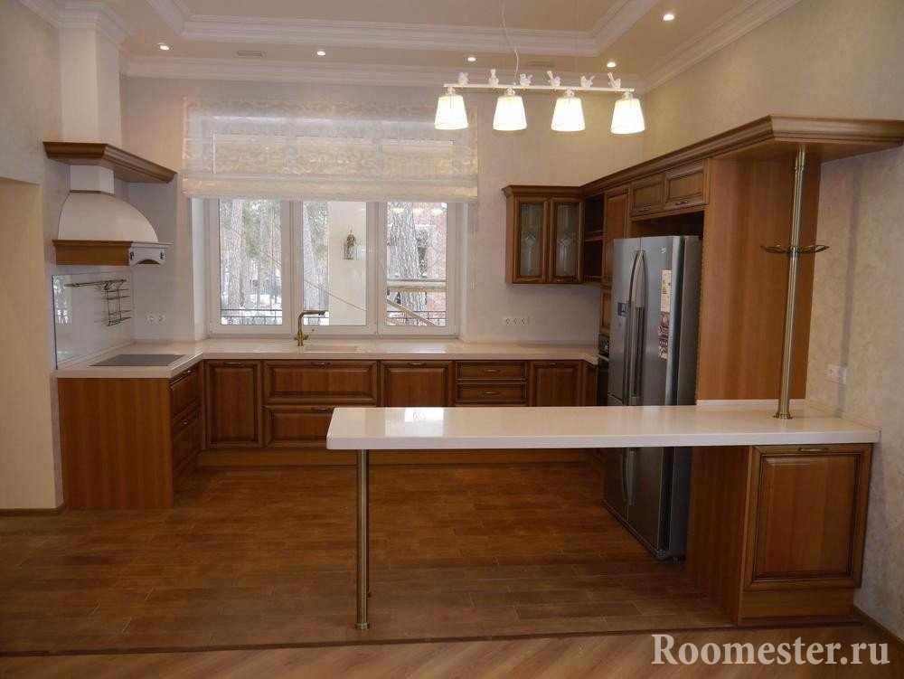 Сочетание дерева и белого цвета на кухне