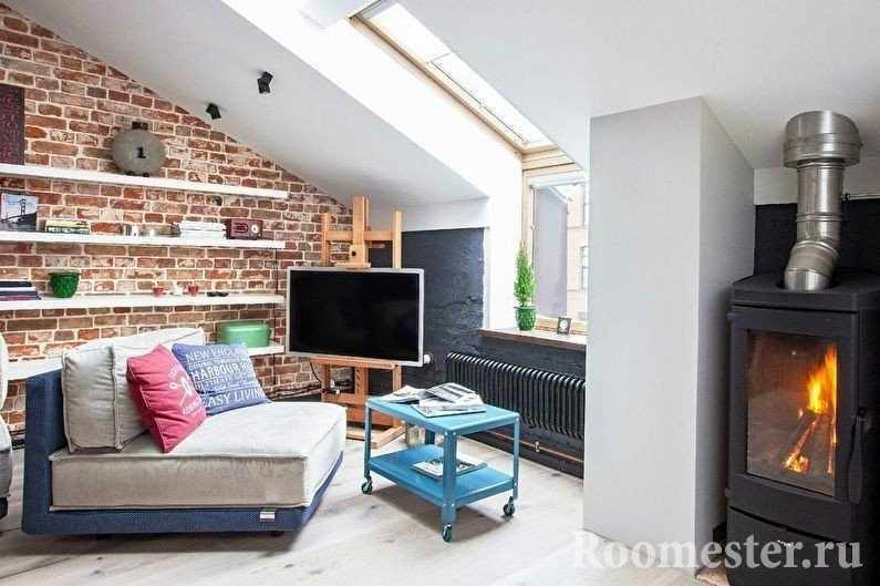 Полки на стене за диваном