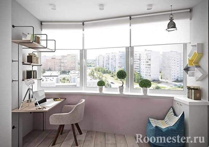 Полки, столик и кресло на балконе
