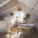 Кровать и столик у окна