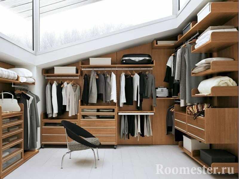 Кресло и шкафы вдоль стен
