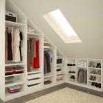 Шкаф с вещами и окно на потолке