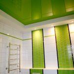 Салатово-белый интерьер ванной