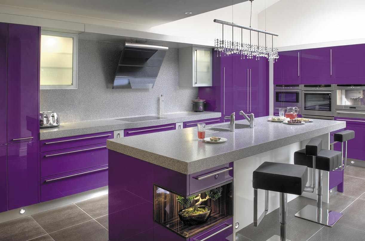 Стильная фиолетовая кухня с обеденной зоной
