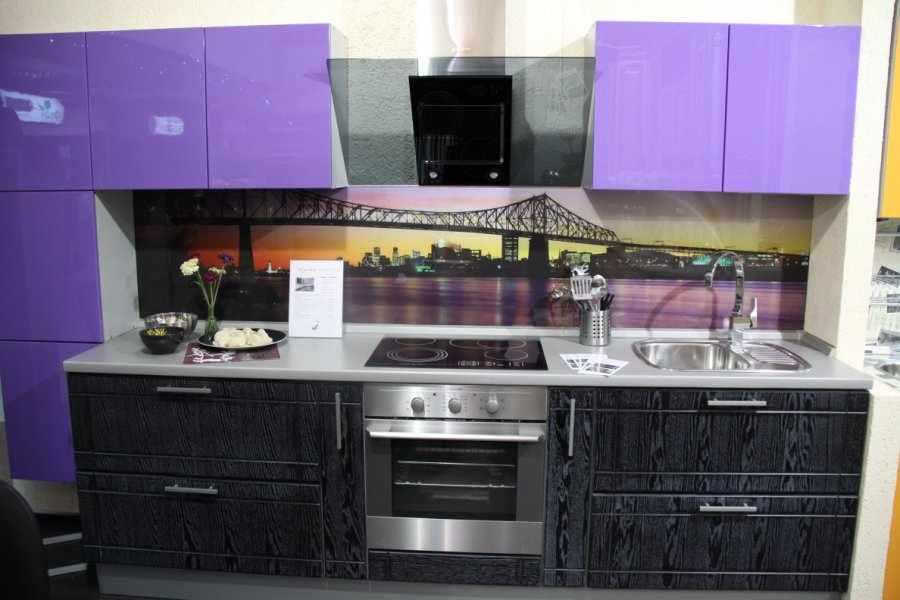 Фиолетовая кухня с необычным тоном