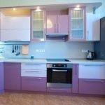 Кухня в белых и фиолетовых тонах