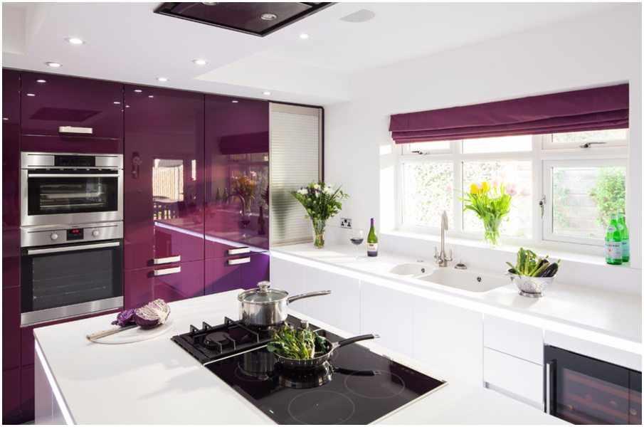 Дизайн просторной фиолетово-белой кухни