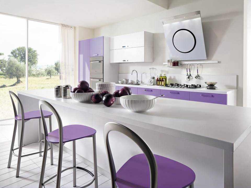 Бело-фиолетовая кухня-остров