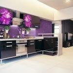 Кухня в черно-фиолетовых тонах