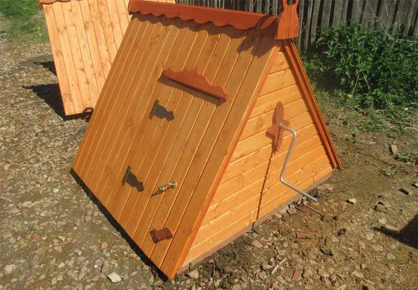 Домик с крышей из вагонки на колодце