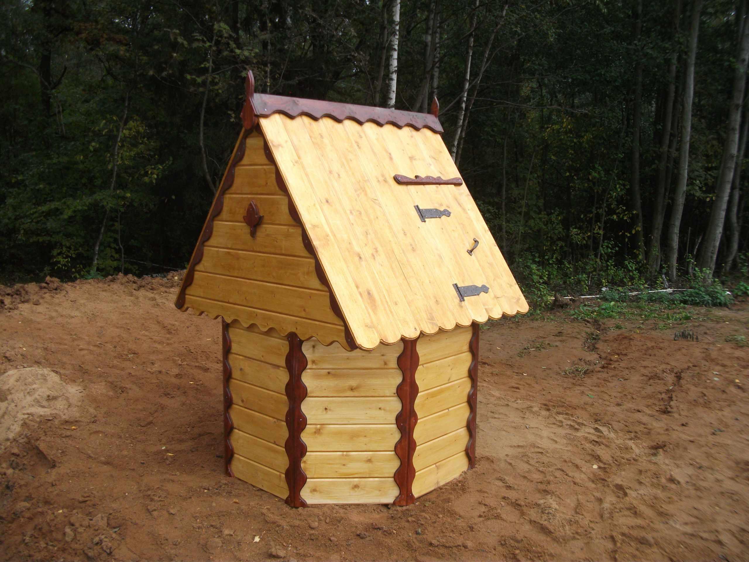 Декорирование домика на колодце