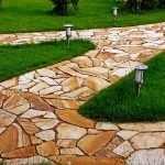 Дорожка из натурального камня в саду