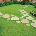 Дорожка из натурального камня во дворе