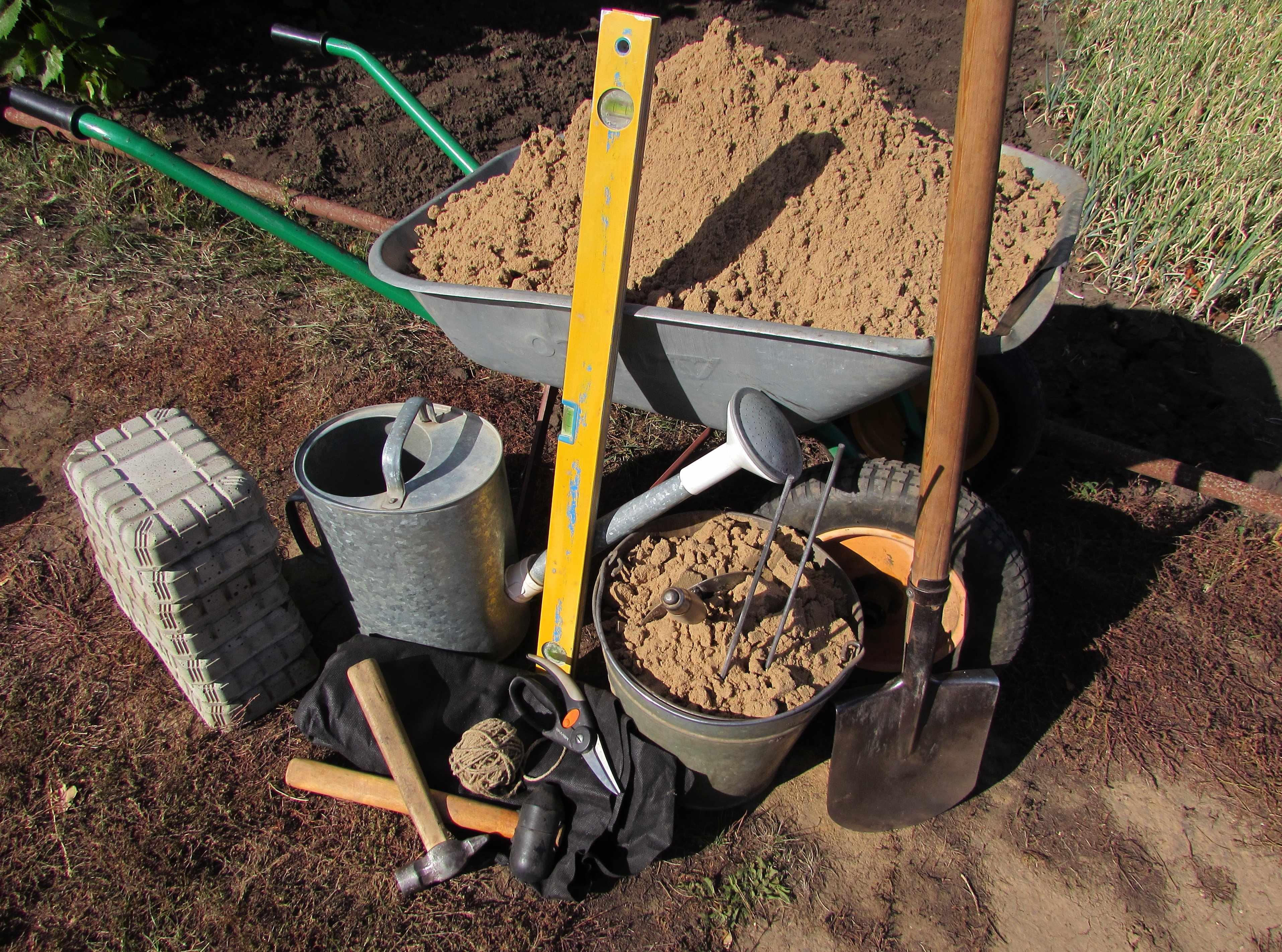 Материалы и инструменты для изготовления садовых дорожек