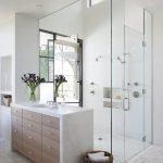 Комод в интерьере ванной