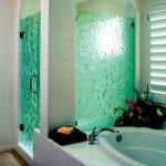 Стеклянные двери зеленого цвета в душевой