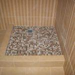 Мозаика на полу в душевой кабине