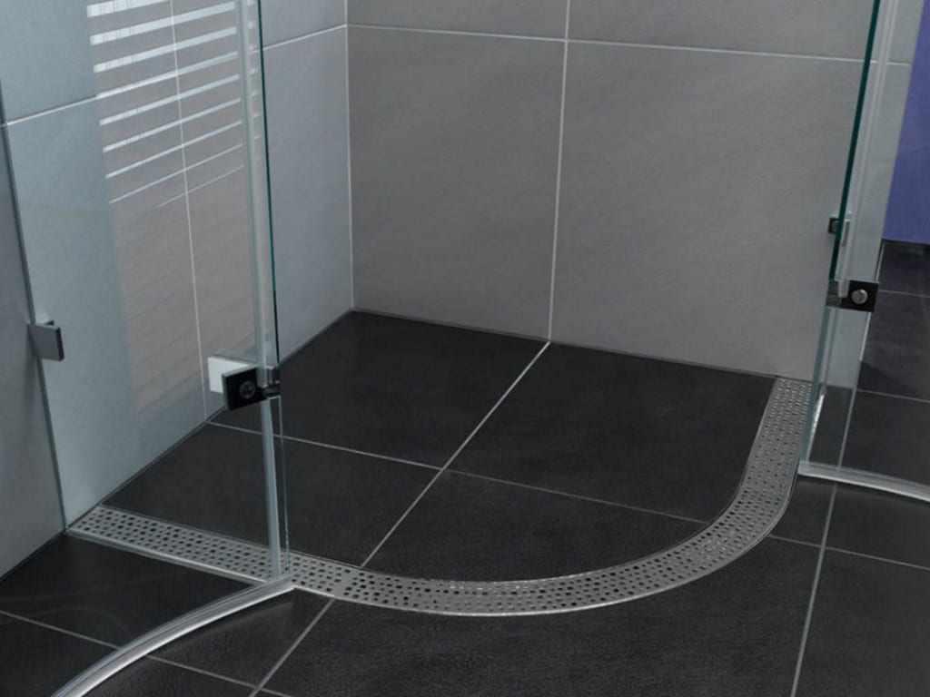 Черная плитка на полу в душевой