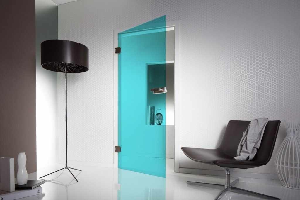 Бирюзовая стеклянная дверь в белом интерьере