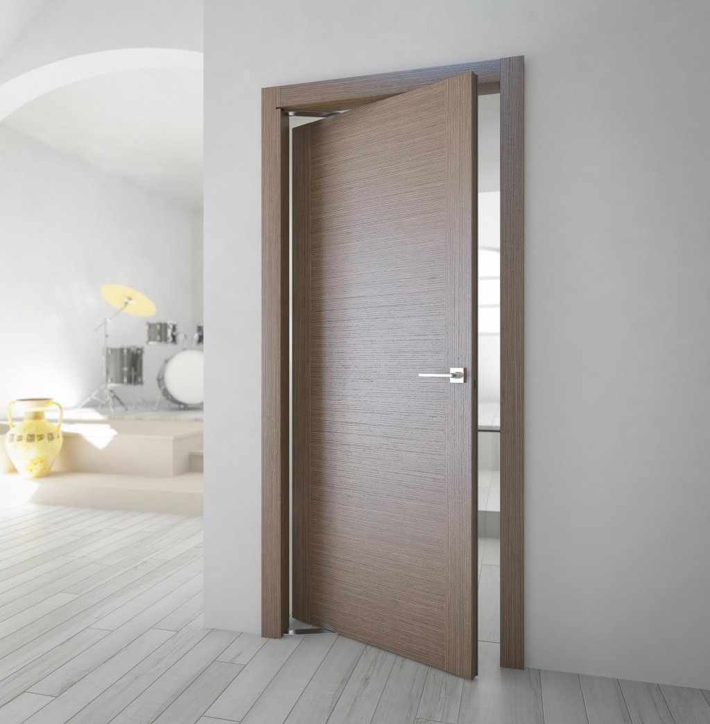 Качающаяся дверь в интерьере