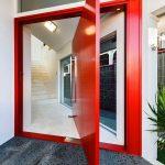 Красная дверь в белом интерьере