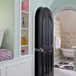 Черная дверь в ванной