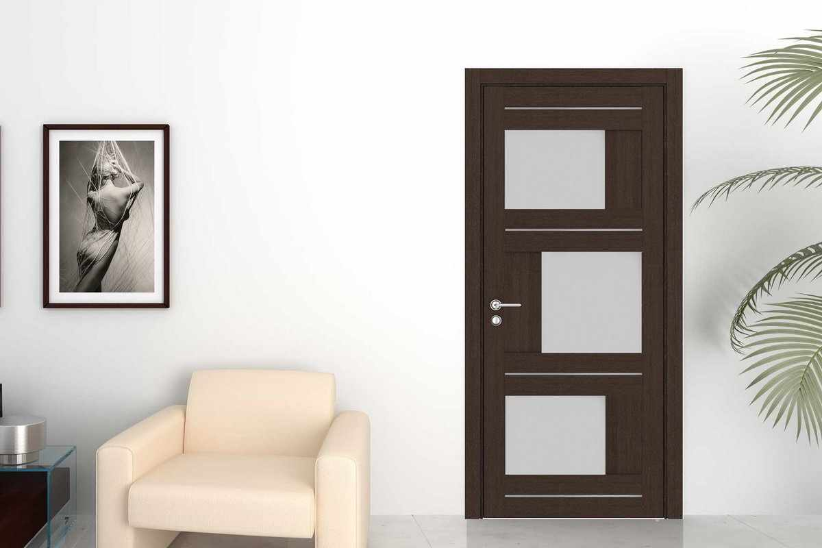 Картина над белым креслом