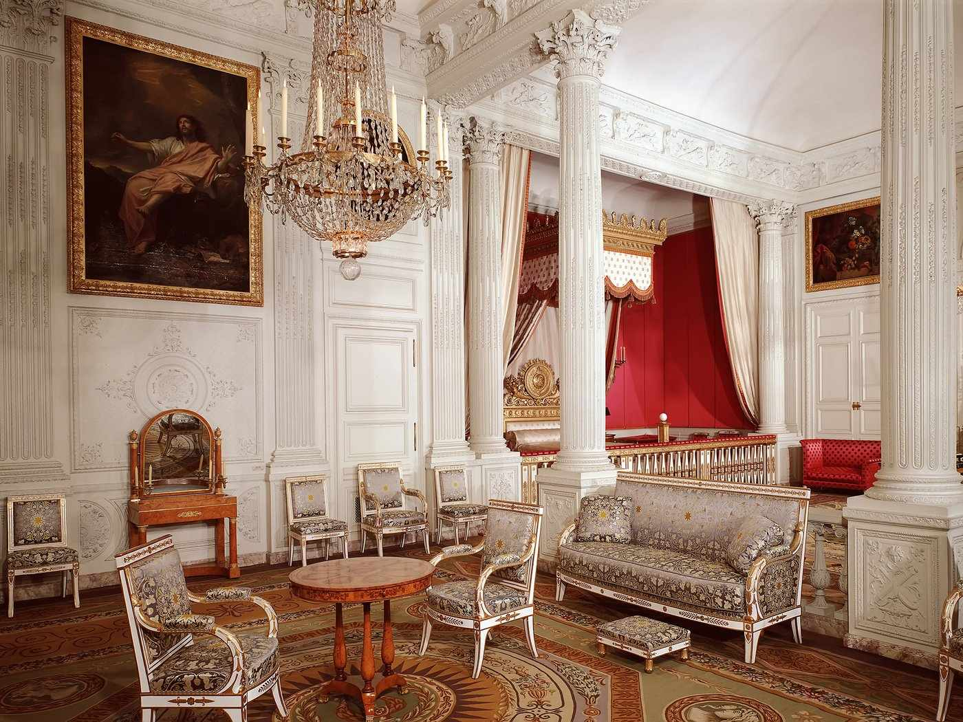 Светлые тона в интерьере в дворцовом стиле