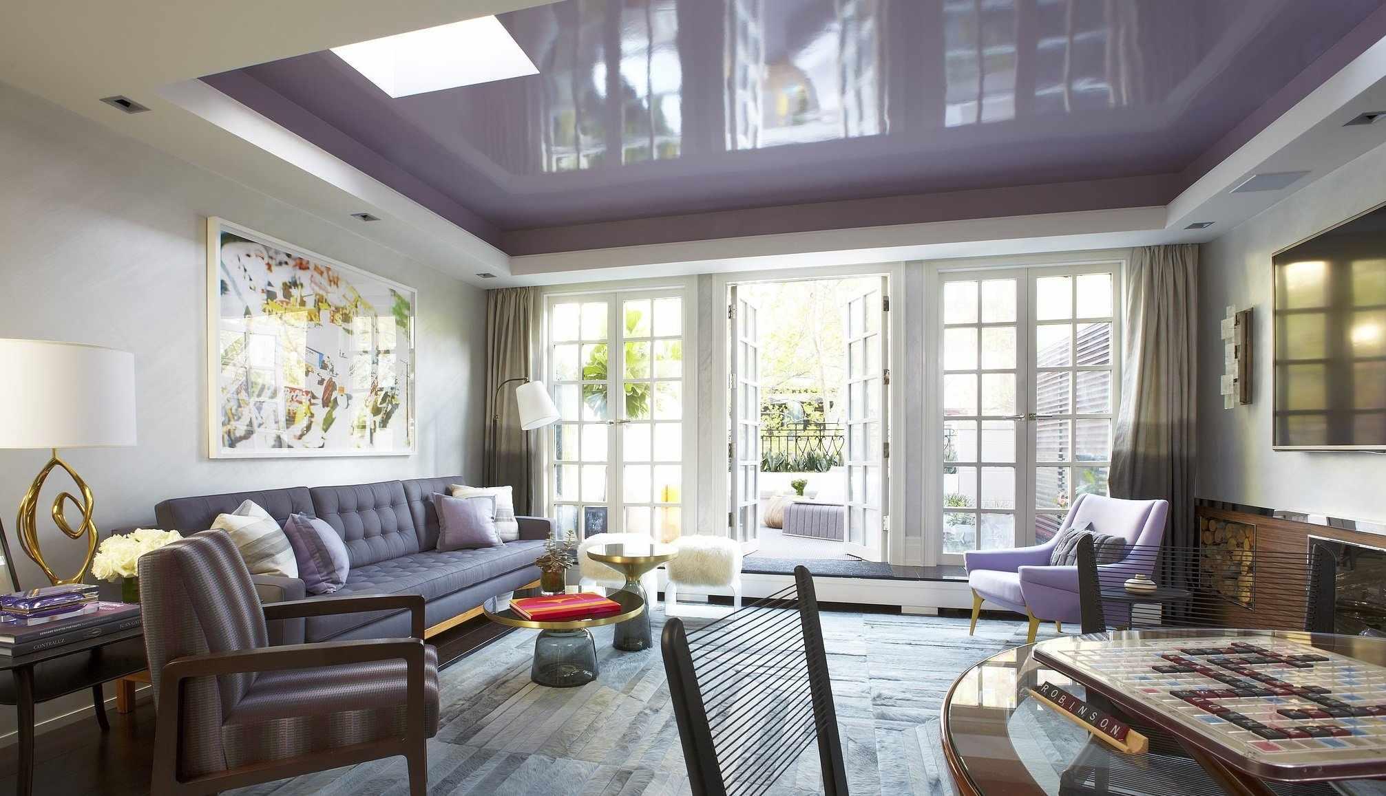 Интерьер с натяжными двухуровневыми потолками