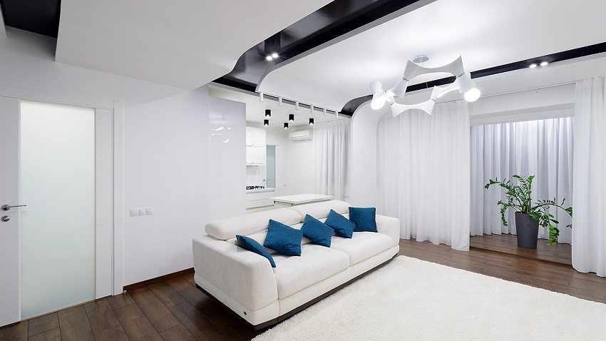 Интерьер комнаты с двухуровневым потолком