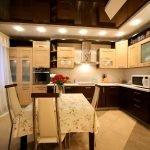 Обеденный стол в центре кухни