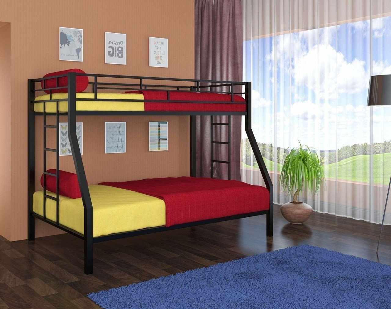 Желто-красное постельное белье на двухъярусной кровати