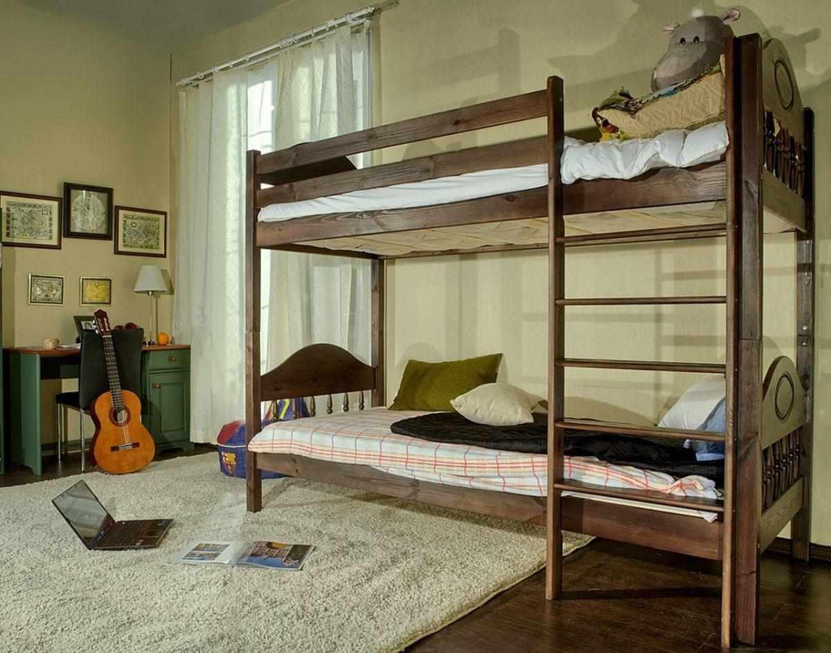 Комната для подростка с деревянной двухъярусной кроватью