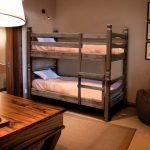 Комната в стиле эко с двухъярусной кроватью