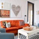 Оранжевый диван в светлом интерьере