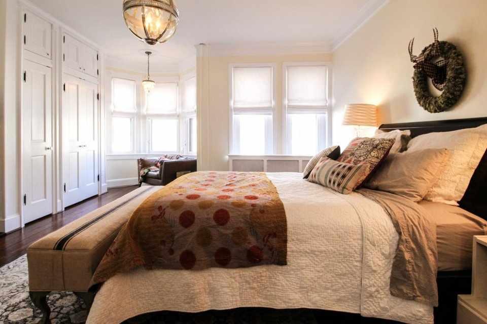 Олень над кроватью