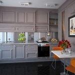 Белый столик и оранжевые стулья на потолке