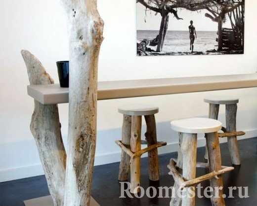 Табуретки и стол с ножками из стволов дерева