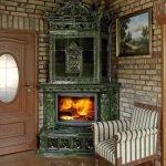 Картина над креслом у камина