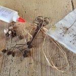 Клей, бусины и шишечки ольхи