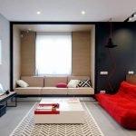 Красный диван в гостиной