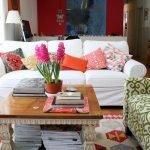 Белый диван с яркими подушками в интерьере