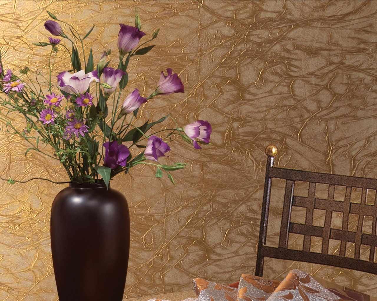 Золотистая фактурная краска на стене