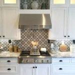 Плитка с узором на белой кухне
