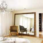 Напольное зеркало в спальне