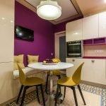 Фиолетово-желтая кухня с обеденной зоной