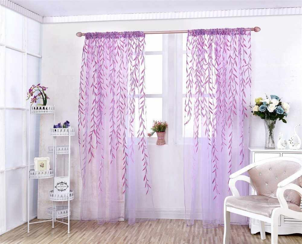 Цветочный принт на фиолетовых шторах