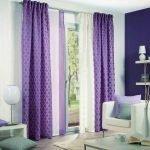 Белые и фиолетовые шторы в интерьере гостиной